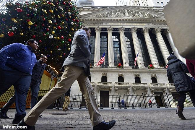 12月16日,行人从纽约证券交易所前走过。 (新华社记者 王雷/图)