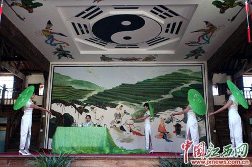修水宁红茶产业园的茶艺表演