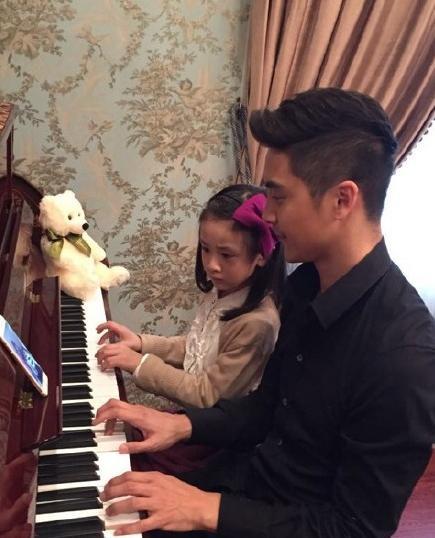 看看弹钢琴的小男生们
