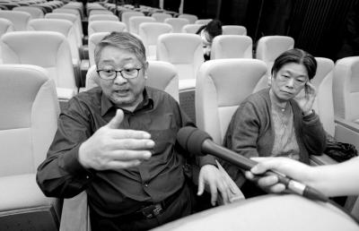 方子哥在庭后接受记者采访。京华时报记者欧阳晓菲摄