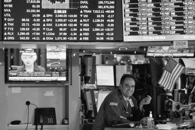 美联储加息0.25个百分点,引发纽约三大股指上涨。图为交易员在纽约证券交易所内工作。新华社发
