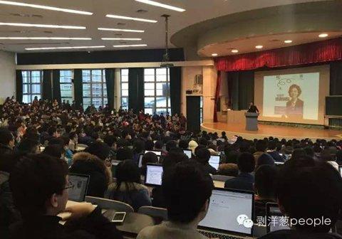 敬一丹清华大学讲座现场。