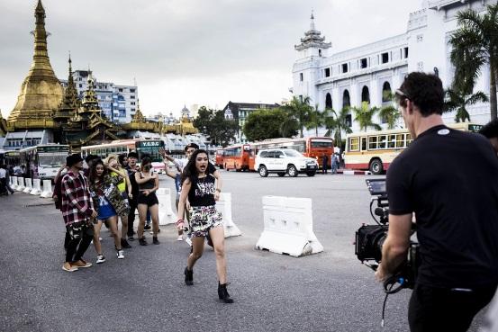 阿月和其她跳舞艺人在仰光市核心的古佛塔前拍照MV。