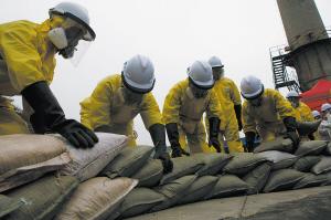 堆放沙袋防止剧毒物品外泄