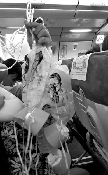 网友晒出机舱内弹出的氧气面罩。微博图片
