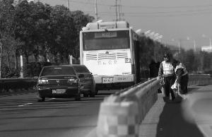 三名犯法怀疑人上了836路公交车
