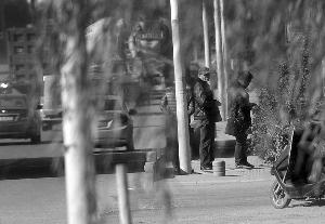 三人再次上了836路公交车,领前在省农机加油站站台下车