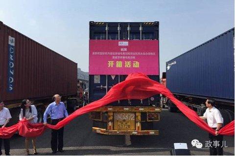 """今年6月26日,重庆举行了一个""""渝新欧""""铁路国际班列首批跨境电商回程货物开箱仪式,黄奇帆来到了现场,见证了集装箱开箱的时刻。"""