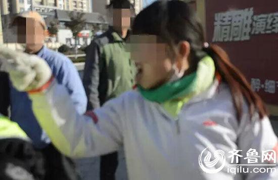 """女车主对着交警又抓又骂二十多分钟,全程""""飙""""脏话。(视频截图)"""