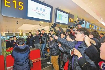 12月19日,T2航站楼里,旅客正在办理登机。3