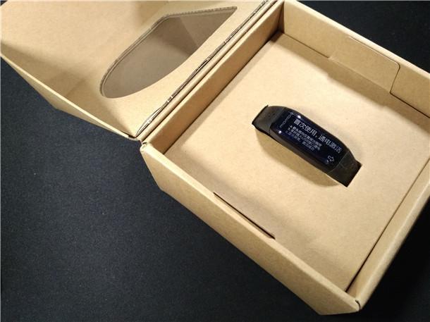 背面印有乐心手环的产品型号、产品功能、产品制造厂商等信息<b