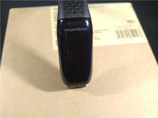 背面印有乐心手环的产品型号、产品功能、产品制造厂商等信息。