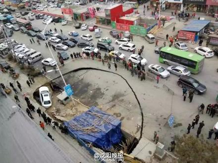 辽宁省铁岭市路面塌方 有车辆被陷(图)