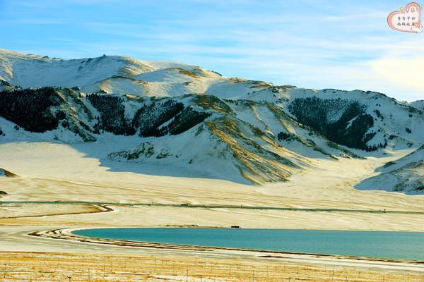 赛里木湖 童话/湖面上,微风拂过泛起层层涟漪,雪山映衬下的松树与翡翠一般的...