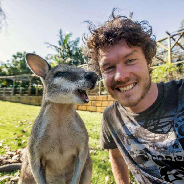 allan喜欢到世界各地旅行开开眼界外,爱冒险的他也喜欢与一些野生动物