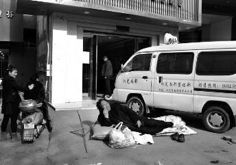 六旬包工头为帮28名农民工讨薪 露宿街头十余天