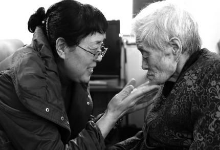 """在子女们眼里,92岁的老母亲就是个孩子,任性、可爱,但又""""懵懂无知""""。于是,子女们每天都会唱儿歌给她听,哄她开心。"""