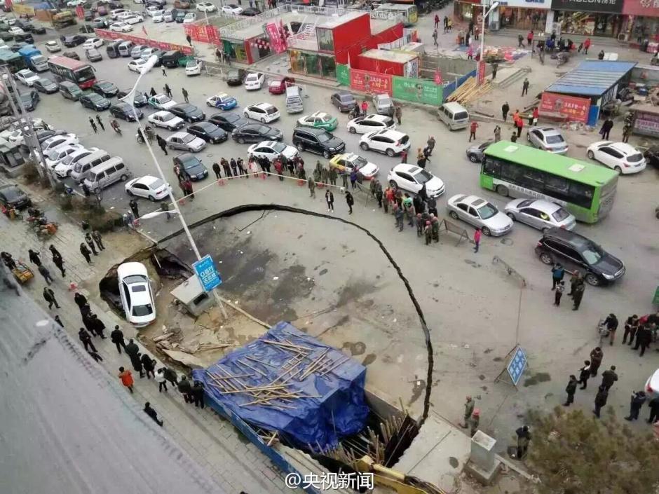 辽宁铁岭在建人防工程塌陷 路边汽车被吞没(图)