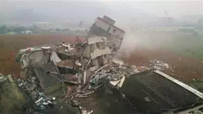 昨日的事故现场。山体滑坡冲击使得多栋建筑物倒塌。新华社发