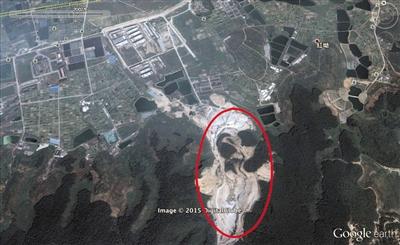 2002年,此处为采石场,山体被挖出一个山谷状深坑。