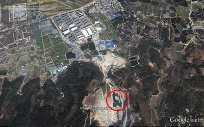 2008年2月的卫星照片显示,采石场内碎石遍布,坑底积水已形成了一个小型水坑。