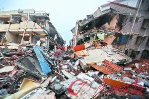 消防官兵在事故现场救援。 广州日报记者轩慧摄