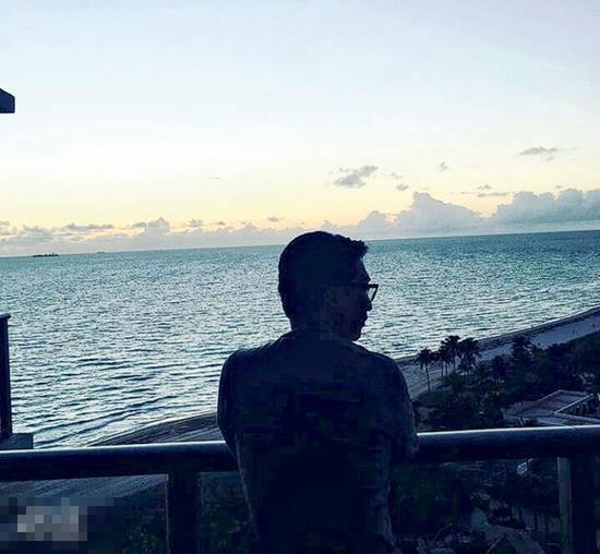 徐子淇上载老公李家诚等待看日出的背影照。