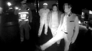 12月18日晚,沙坪坝区,当事司机在现场向110民警演示怎么踢坏雕栏 F11