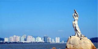 2014年、2015年,珠海两度被中国社科院评为年度中国最宜居城市。其实在城市建设早期,珠海就已经在城市规划和建设管理等方面提出了环境保护优先的原则,在城市形态上将珠海城区与山、海、河等自然风光相融合。