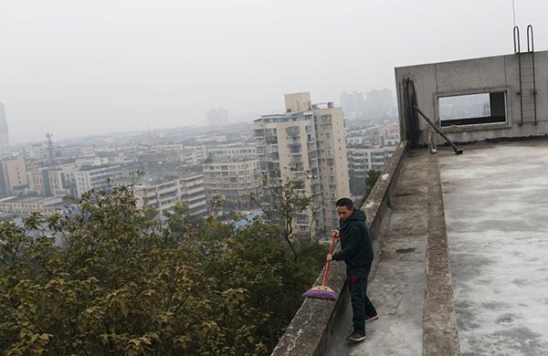 65岁的陈金海一早起来就在新工地打扫场地。陈老干活踏实、认真,老板和工头都很认可他。