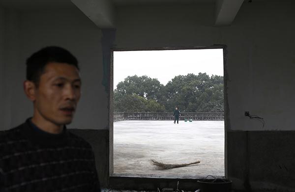 38岁的王杰是陈金海雇佣的工人,他觉得老陈是一个好人,因为从来不拖欠他们的工资,他们觉得踏实。