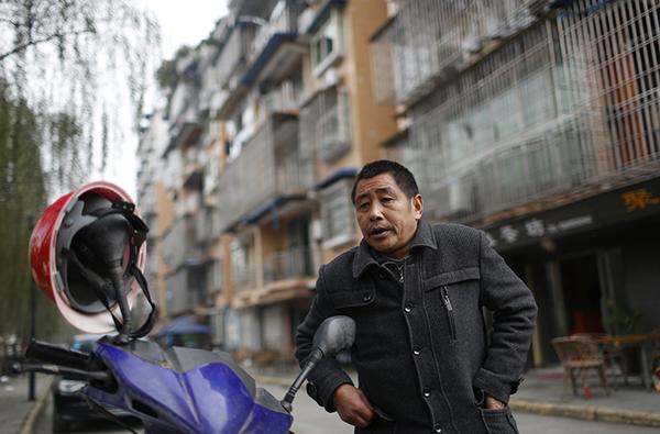 53岁的赵开银是一个小包工头,他为工地垫付的材料钱迟迟不能收回,眼看就要过年了,他四处奔波讨薪。
