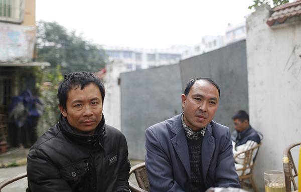 41岁的赵开国和46岁的胡平在为讨薪的事情发愁。