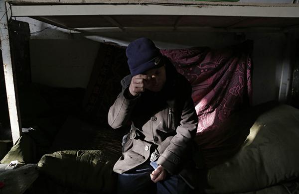 62岁的邵贵合谈到自己的讨薪经历哭了起来,讨薪已经让他精疲力尽。