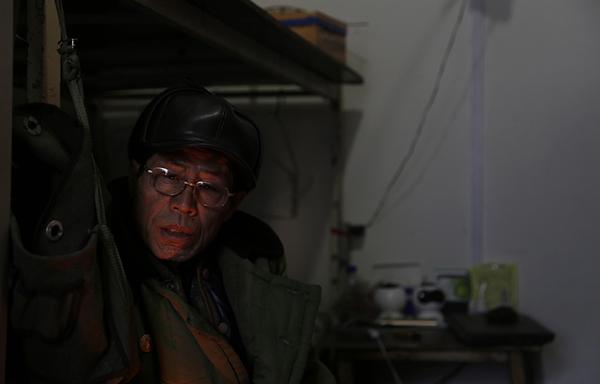 60岁的农民工贾利平在住处休息,他是电工,每月工资5000元。如今被欠薪6万元,开发商仅以支付生活费的名义给了他9000元。