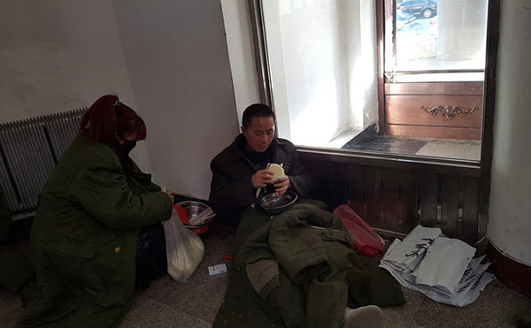 被欠薪的邹波政在县政府讨说法,他手下的高龄农民工有20多人,每天会打电话向他讨薪。而他自己也只能靠啃馒头度日。