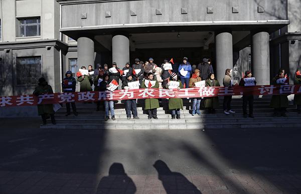 黑龙江双鸭山集贤县,农民工聚集在县政府门口讨说法。