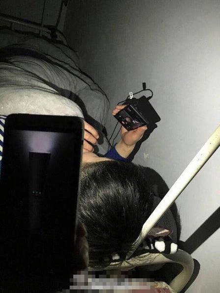小伙宿舍熄灯后与女友视频 室友为其举灯照明