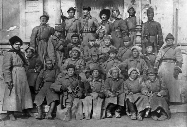 资料图:苏赫・巴托尔和乔巴山领导的早期的蒙古人民军。