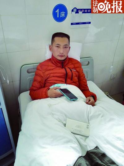 王永权因长时间搜救家人导致体力透支,被送到医院急症抢救室
