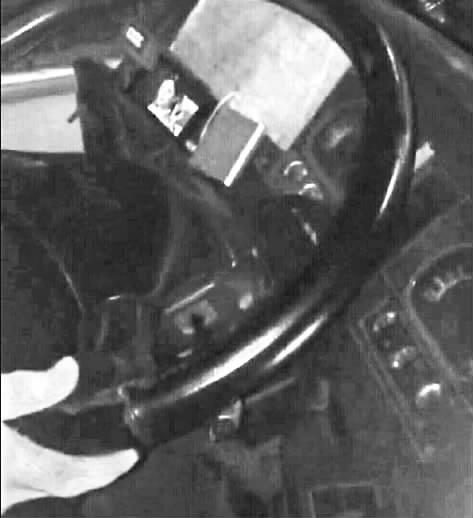 公交车司机开车看 芈月传 被停职一周高清图片