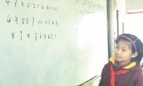 闫家硕在进行数字速记表演