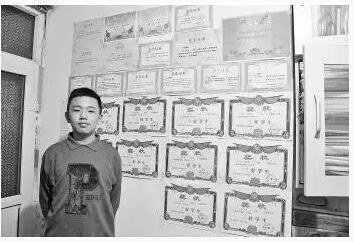 """山东大学附属中学初一学生项天佑,不但是老师口中的数理化音体美""""全才"""",还在火爆全国的节目《最强大脑》上一鸣惊人。"""