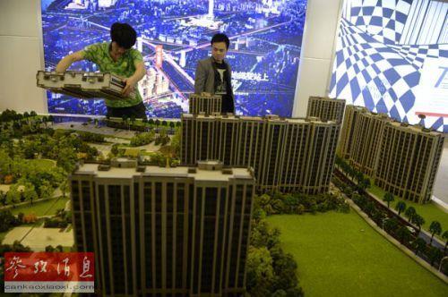 资料图片:一家房地产企业在布置楼盘模型展区