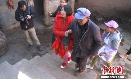钱仁风挽着父亲的手踏入远离13年的家。 刀志楠 摄