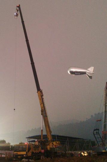"""升空应急版""""云端""""号与搭载航天级多功能对地观测设备的吊臂共同对灾难现场成像扫描,绘制""""泥下地图""""。中青网图"""