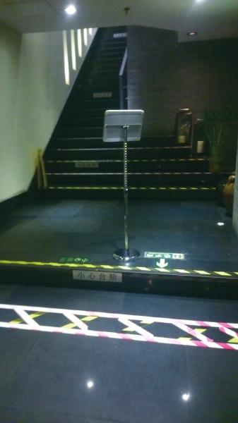 餐馆内通往洗手间路线的台阶。京华时报记者张淑玲摄