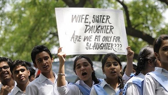 周一,2012年印度首都新德里公共汽车轮奸案的一名少年犯刑满释放。消息公布后,受害者的父母Badrinath Singh和Asha Singh带领数百名学生和活动人士前往新德里市中心的印度门举行抗议,呼吁严惩强奸犯。
