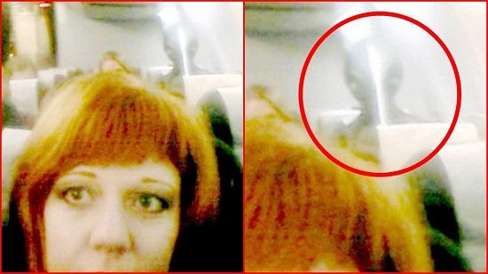 """一位俄罗斯男子在客机上自拍,但无心中拍到了奥秘的""""外星人""""。"""
