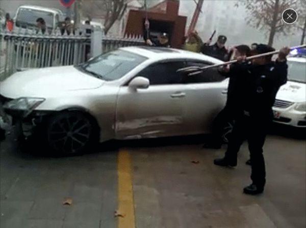徐州一无牌轿车冲进小学乱撞 当事人已被控制